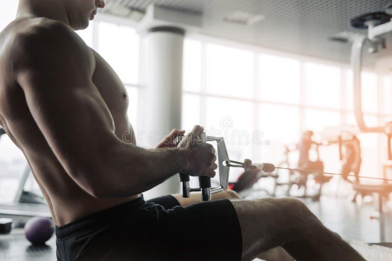 Os homens atléticos fortes consideráveis que bombeiam acima os músculos malham o fundo do conceito do halterofilismo - fazer cons foto de stock royalty free