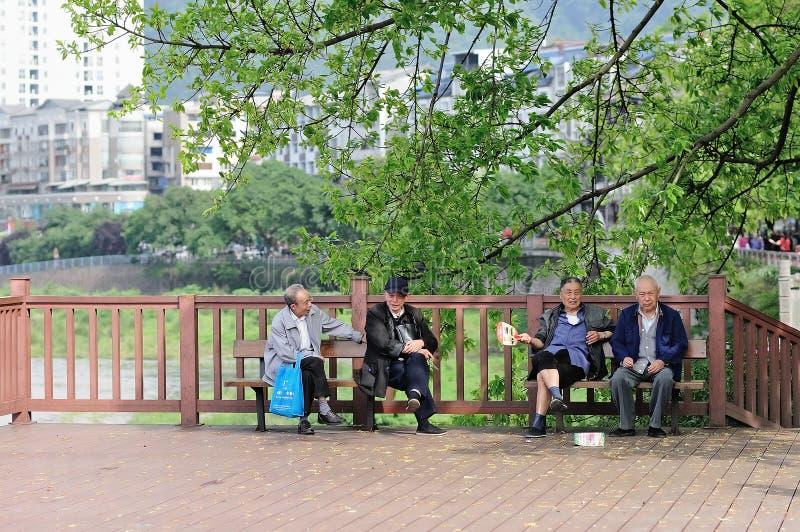 Os homens China-velhos de Yaan apreciam o tempo de lazer fotografia de stock