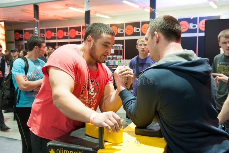 Os homens competem em armwrestling foto de stock royalty free
