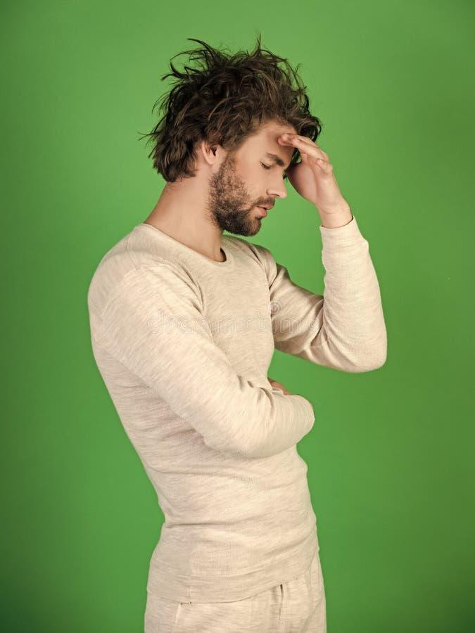 Os homens curam o cuidado do corpo Homem com cabelo bagunçado no roupa interior fotografia de stock royalty free