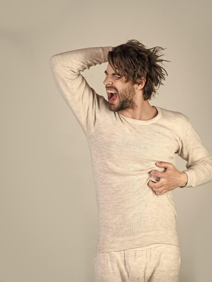 Os homens curam o cuidado do corpo Homem com cabelo bagunçado no roupa interior fotos de stock