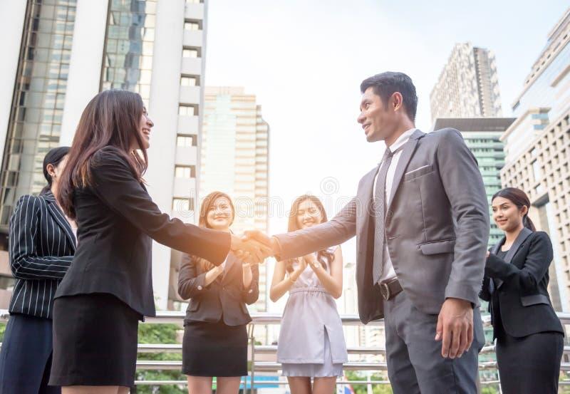 Os homens de negócios agitam as mãos para alcançar junto o acordo do negócio, conceito do negócio, conseguem o conceito fotografia de stock royalty free