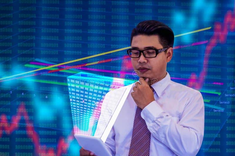 Os homens de negócios asiáticos novos, vidros pretos vestindo e luvas longas brancas, olham a tabuleta com um holograma, mentalid fotografia de stock