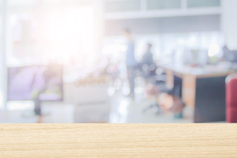 Os homens de negócios borram no local de trabalho ou no espaço de trabalho do portátil na tabela na sala do escritório com comput imagens de stock