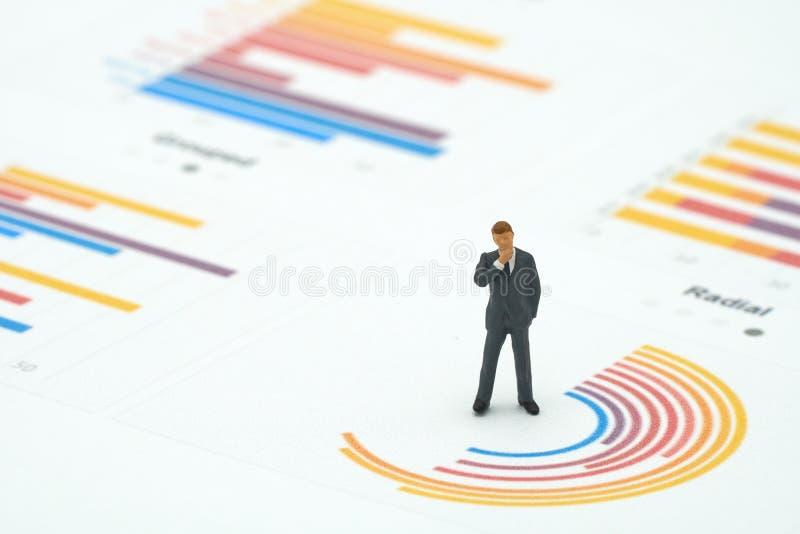 Os homens de negócios diminutos dos povos analisam a posição em wi do gráfico de círculo fotografia de stock royalty free