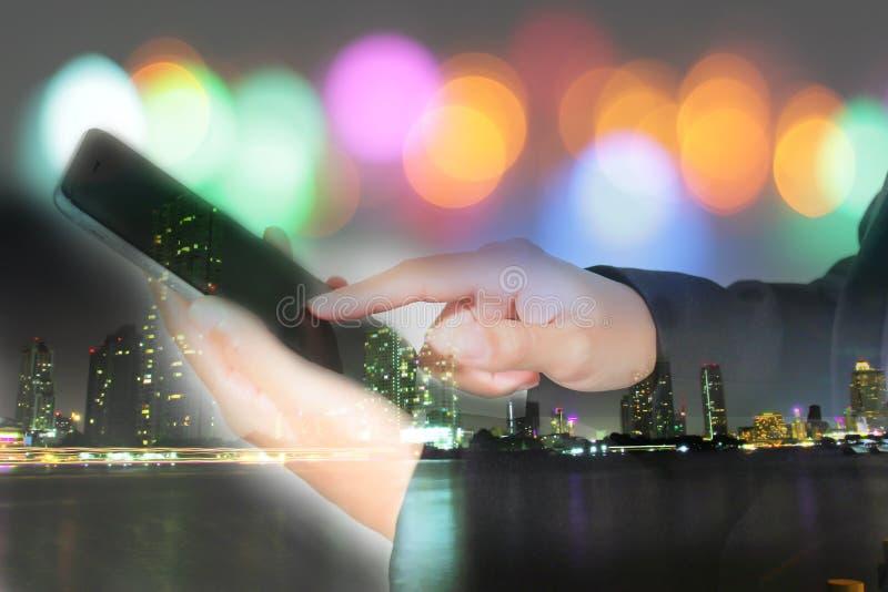 Os homens de negócios e as mulheres estão usando o móbil e tocam no telefone esperto f imagem de stock