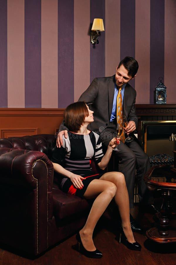Os homens de negócios e a senhora do negócio comemoram o negócio bem sucedido fotos de stock royalty free