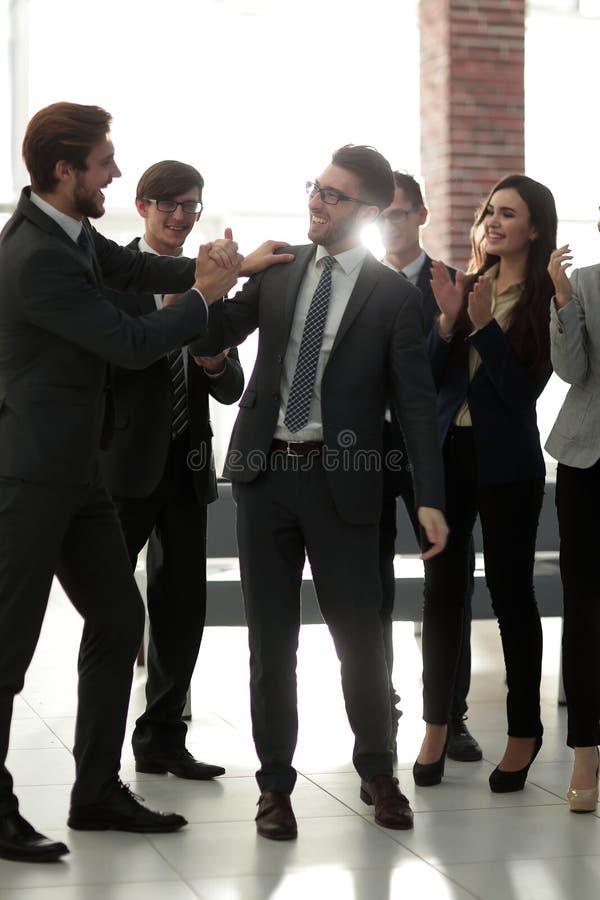 Os homens de negócios estão felicitando suas vendas bem sucedidas imagens de stock