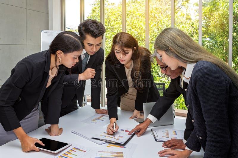 Os homens de negócios estão planejando o evento no próximo ano Sala de reunião do funcionamento do negócio do grupo no escritório imagens de stock