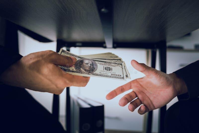 Os homens de negócios estão subornando oficiais para conseguir seus objetivos rapidamente e sem argumentos imagens de stock royalty free