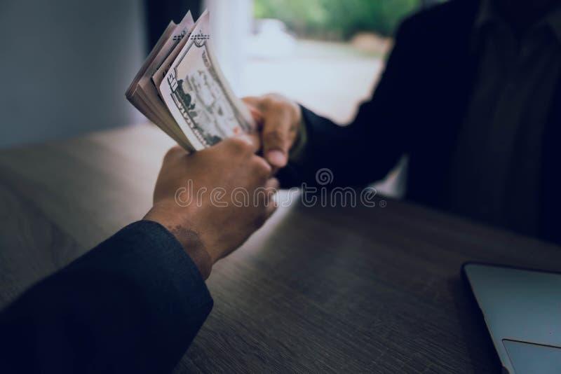 Os homens de negócios estão subornando oficiais para conseguir seus objetivos rapidamente e sem argumentos fotografia de stock