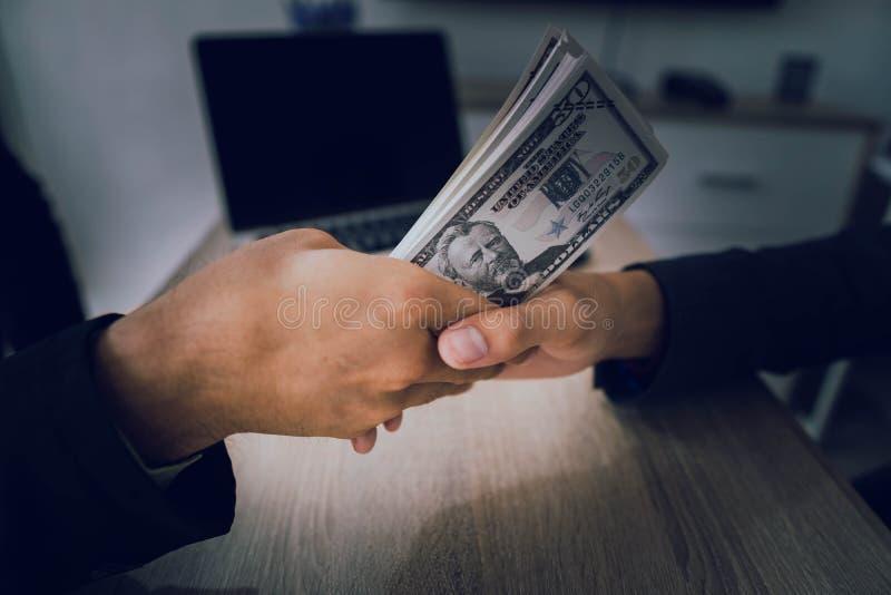 Os homens de negócios estão subornando oficiais para conseguir seus objetivos rapidamente e sem argumentos fotografia de stock royalty free