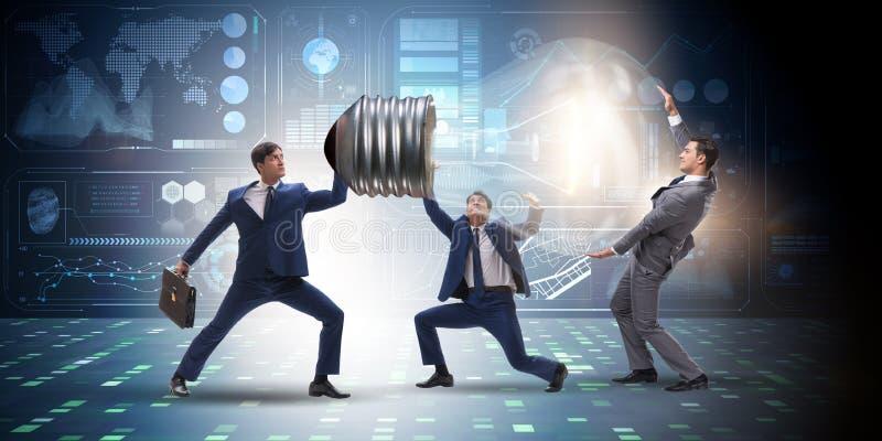 Os homens de negócios no conceito brilhante da ideia foto de stock royalty free