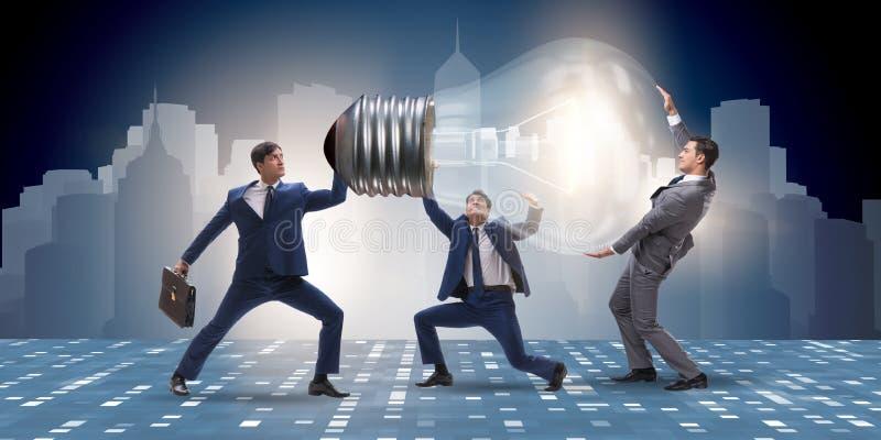 Os homens de negócios no conceito brilhante da ideia imagens de stock royalty free