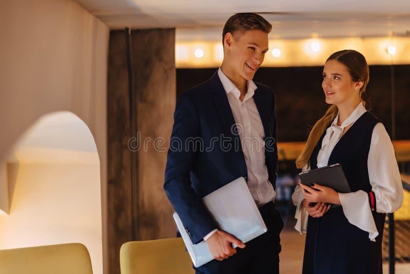 Os homens de negócios novos indivíduo e menina em um interior acolhedor concordaram, negócio e autônomo fotos de stock royalty free