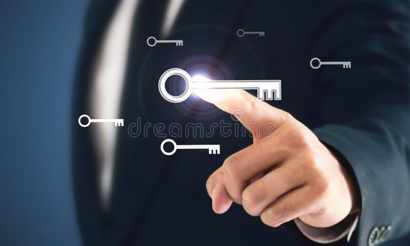 Os homens de negócios precisam de encontrar que a chave ao sucesso é a maneira ao sucesso no negócio fotografia de stock royalty free