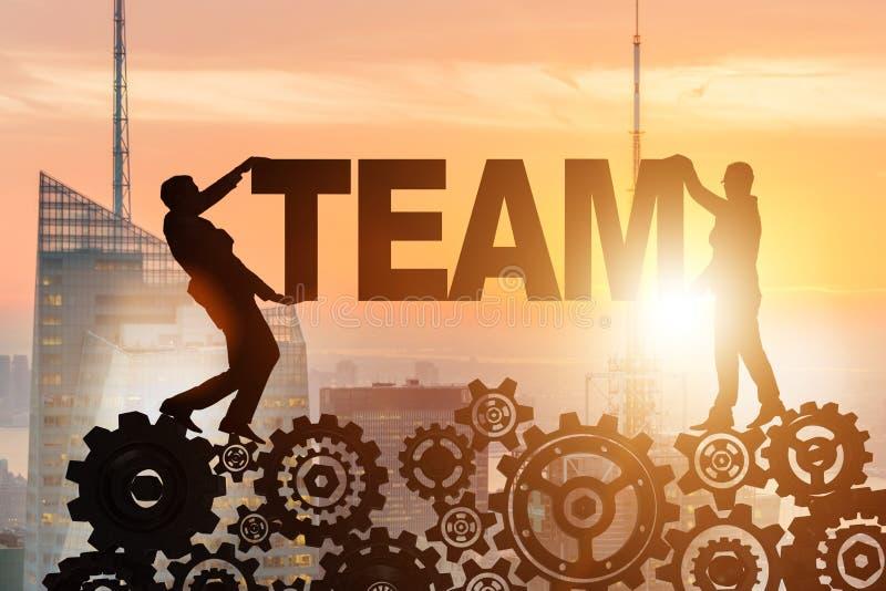 Os homens de negócios que guardam a palavra team no conceito dos trabalhos de equipa foto de stock royalty free