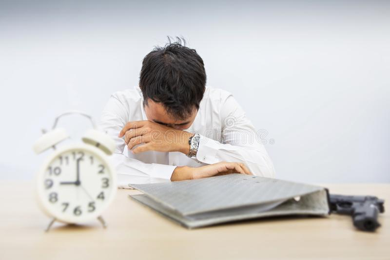 Os homens de negócios são desanimados em problemas de negócio O homem depressivo, infeliz quer cometer o suicídio Homem de negóci fotografia de stock