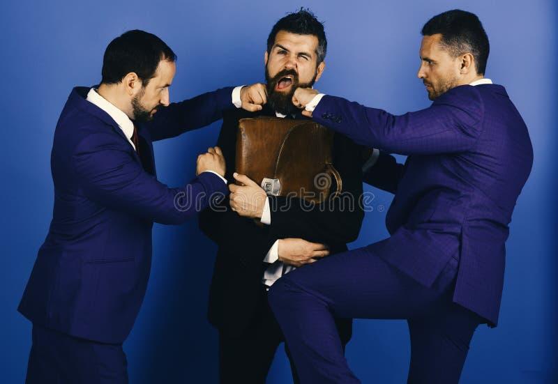 Os homens de negócios vestem ternos espertos e os laços lutam pelo negócio Argumento e conceito do negócio Os líderes perfuram-se imagens de stock royalty free
