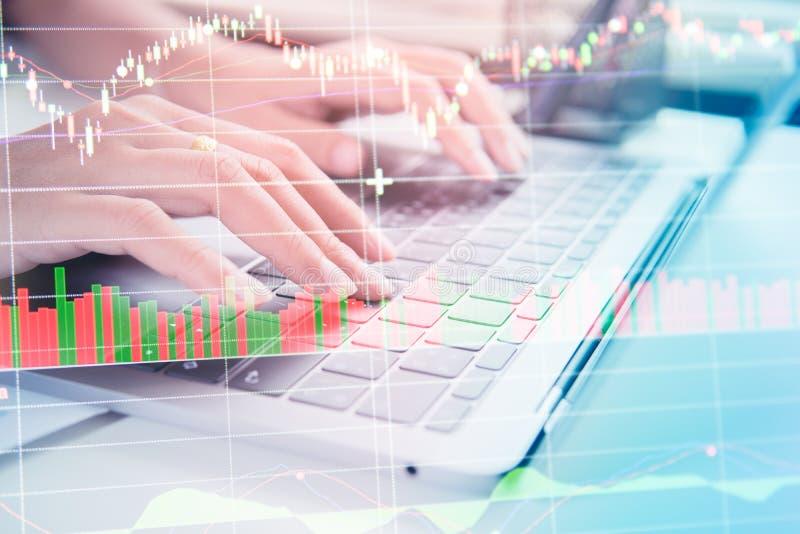 Os homens de negócios de Yong da exposição dobro calculam sobre o custo e o mercado de valores de ação foto de stock royalty free