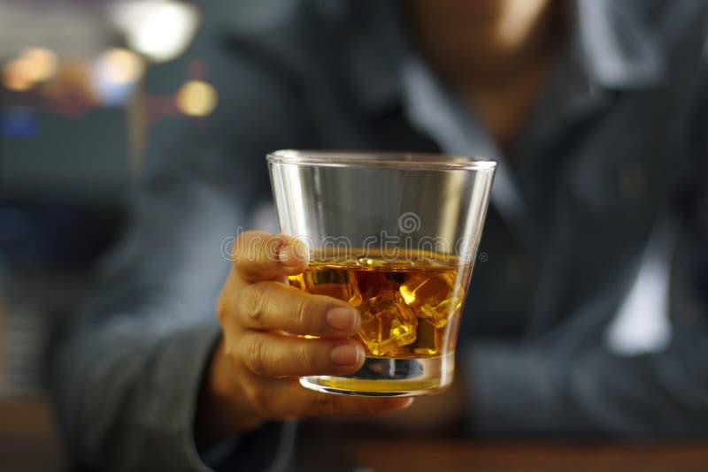 Os homens do close-up que guardam o uísque bebem a bebida alcoólica imagens de stock