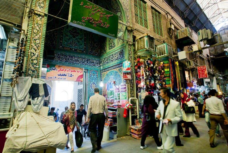 Os homens e as mulheres ocupadas apressam-se nas ruas estreitas da rua do mercado central imagem de stock royalty free