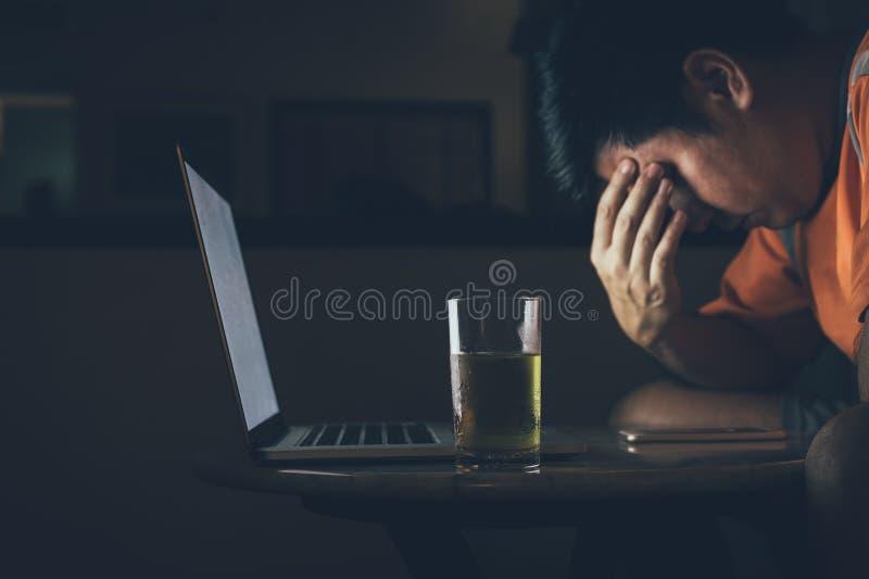 Os homens estão bebendo a cerveja ao olhar portáteis ser forçados e tristes fotos de stock