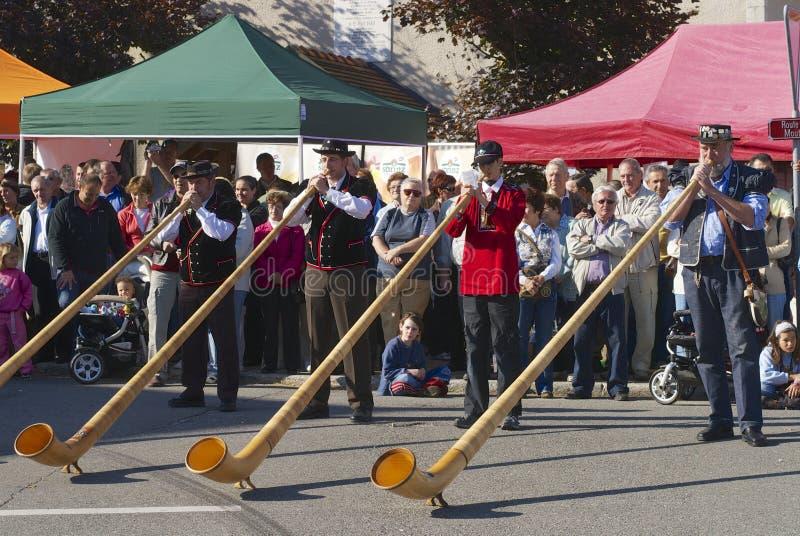 Os homens executam a música com os alpenhorns no emmental de Affoltern Im, Suíça fotografia de stock royalty free