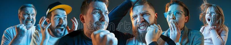 Os homens irritados emocionais, mulher, gritar adolescente no fundo azul do estúdio imagens de stock royalty free