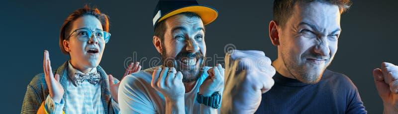 Os homens irritados emocionais que gritam no fundo azul do estúdio imagem de stock