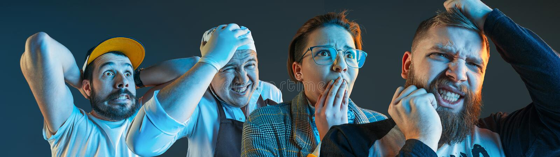 Os homens irritados emocionais que gritam no fundo azul do estúdio fotografia de stock royalty free