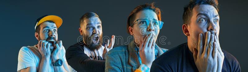 Os homens irritados emocionais que gritam no fundo azul do estúdio imagens de stock