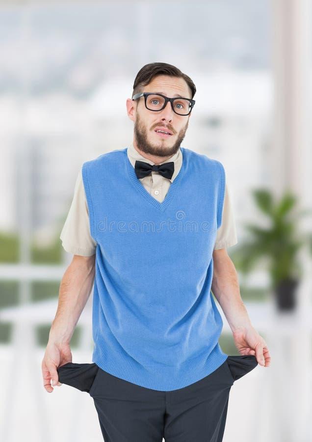 os homens novos com laço e swuit revestem com os bolsos vazios No escritório imagem de stock royalty free