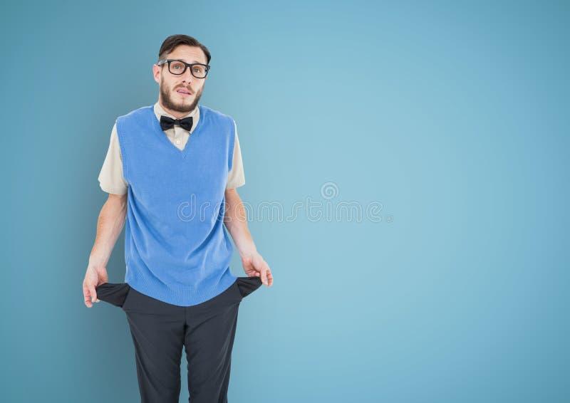 Os homens novos com laço e terno revestem com os bolsos vazios em um fundo azul fotografia de stock