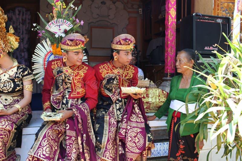 Os homens novos do Balinese decoraram devido à cerimônia de Potong Gigi - dentes do corte, ilha de Bali, Indonésia imagens de stock royalty free