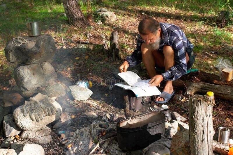 Os homens olham um livro. foto de stock royalty free
