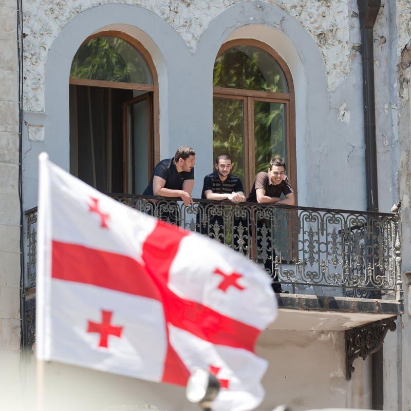 Os homens prestam atenção à parada militar. Tbilisi, Geórgia. fotos de stock