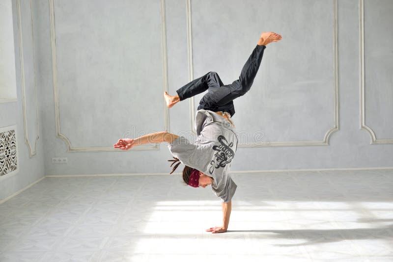 Os homens são dança do hip-hop fotografia de stock royalty free