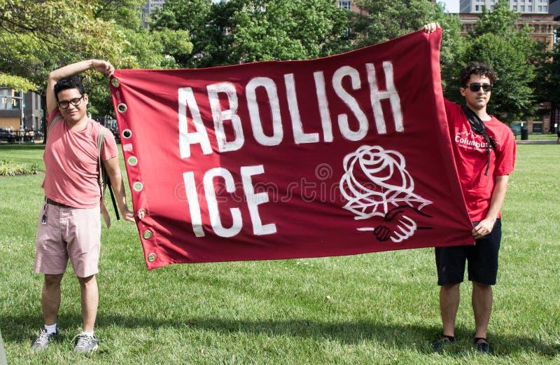 Os homens sustentam para abulir a bandeira do gelo na reunião da imigração fotos de stock royalty free