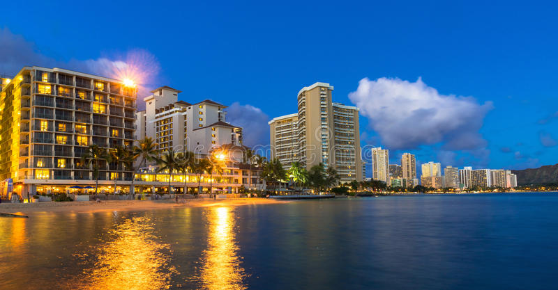 Os hotéis beira-mar em Waikiki encalham em Havaí na noite imagens de stock royalty free