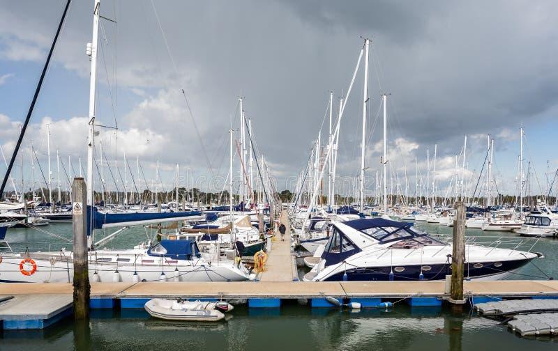 Os iate amarraram no porto de Lymington, Lymington, Hampshire, Reino Unido imagens de stock royalty free
