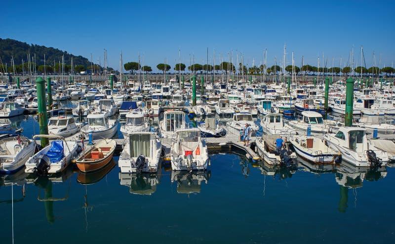 Os iate amarraram no porto do porto de Hondarribia, país Basque, Espanha imagem de stock