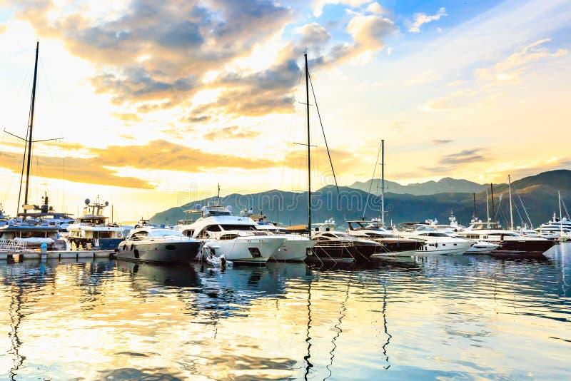 Os iate luxuosos e os barcos de navigação entrados no porto chamaram Porto Montenegro, Tivat imagens de stock