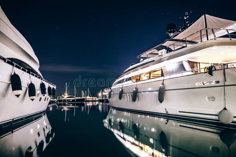 Os iate luxuosos no La Spezia abrigam na noite com reflexão no wa imagem de stock royalty free