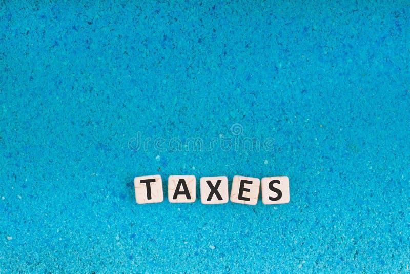 Os impostos exprimem na pedra fotos de stock royalty free