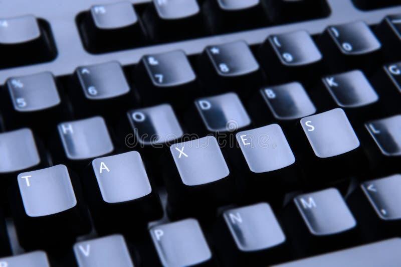 Os impostos soletraram para fora no teclado imagem de stock