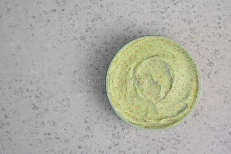 Os ingredientes dos produtos naturais dos cuidados com a pele para esfregam a máscara do corpo: Abacate, café, coco, óleo foto de stock royalty free