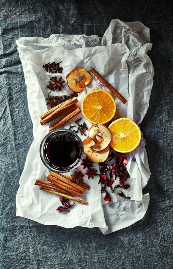 Os ingredientes naturais para a casa feita ferventaram com especiarias o vinho para o Natal fotografia de stock