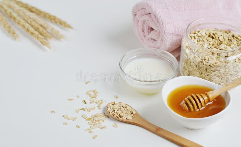 Os ingredientes naturais para o leite caseiro da cara de corpo da aveia esfregam fotos de stock royalty free