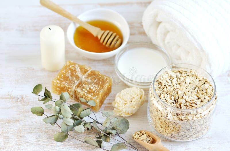 Os ingredientes naturais para o leite caseiro da cara de corpo da aveia esfregam foto de stock